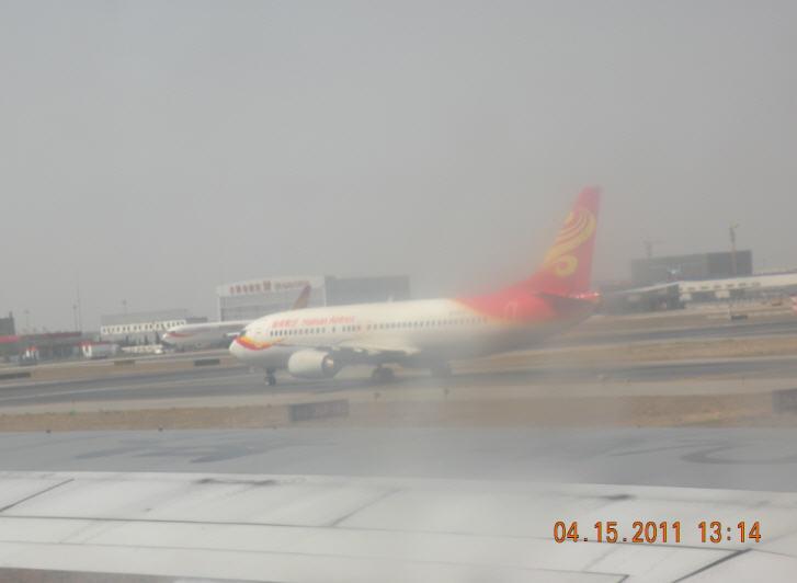 FM9155航班降落在首都机场第二航站楼一瞥 黄安年文 黄安年的博客/2011年4月16日发布 4月15日11:15分起飞的南京飞往北京的FM9155航班,早在12:35就开始做下降准备,13:04分飞机已经安全降落在首都机场第二航站楼的跑道上,不过飞机停到指定位置走下时舱是已经13:36分,还需要等待摆渡车把我们运到出站楼。如果从飞机开始下降到走出机舱,那么短短110分的时间就有60分钟时间在北京附近空中和地面转悠了。下面是即时拍摄的照片15张。