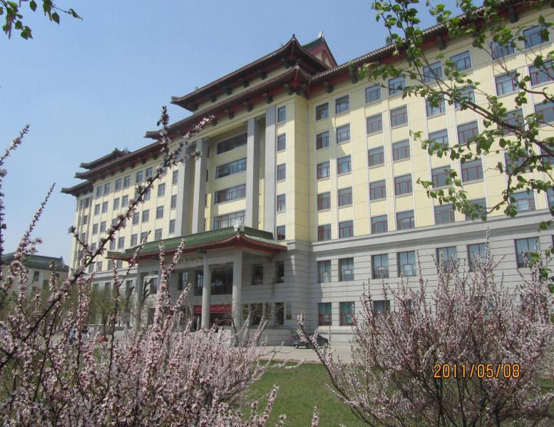 哈尔滨医科大学以绿瓦黄墙的仿古建筑为特色,校园绿化堪称表率.