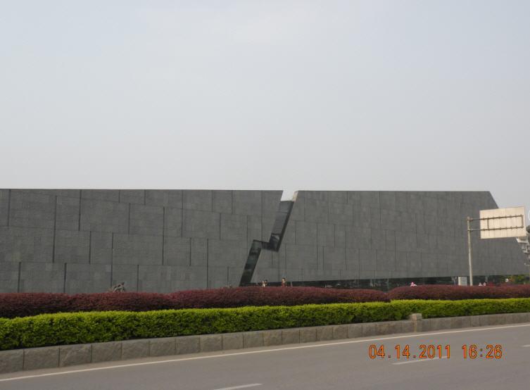南京大屠杀纪念馆入口处的雕塑群