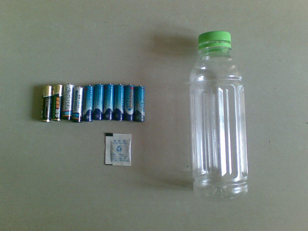 步骤一:准备废旧电池,废旧塑料饮料瓶,干燥剂(可选)