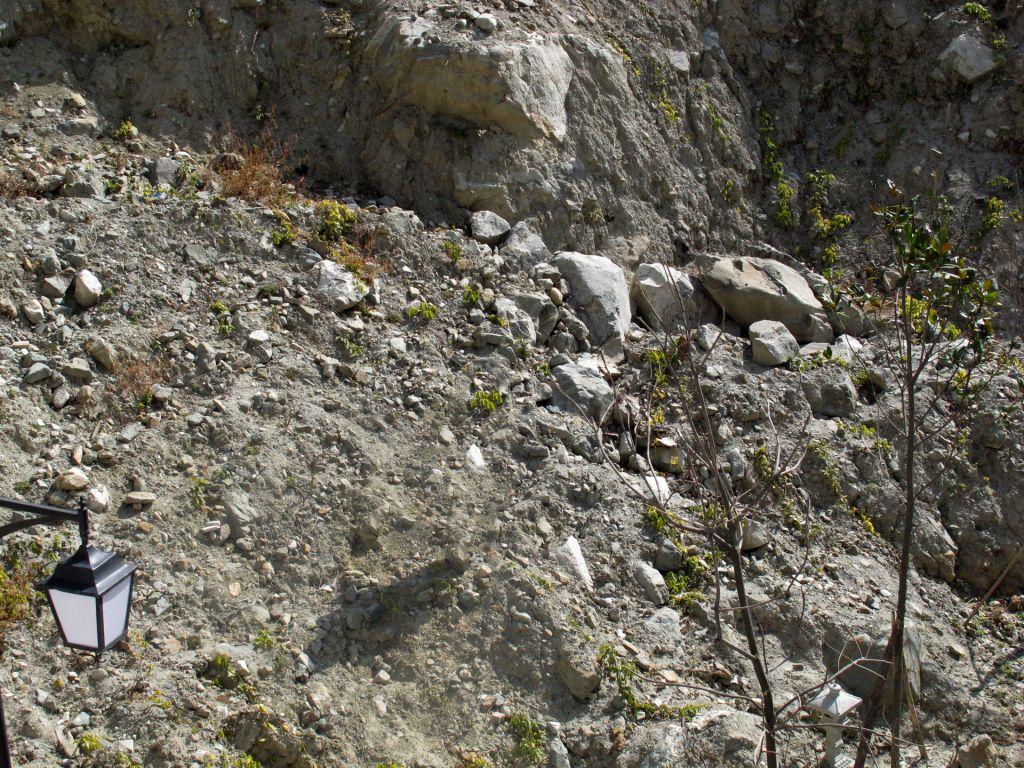 ...前泥石流经过的地方不知道这些石头能否经历后期雨水的洗涤?