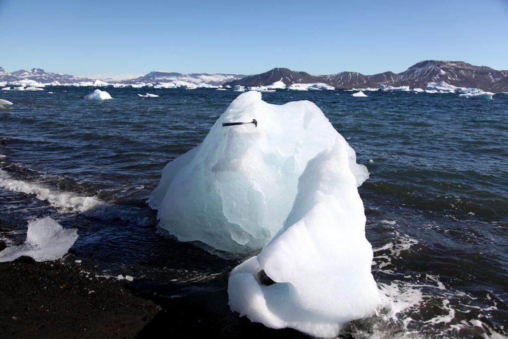 到南极去见得最多的东西,莫过冰雪。上图一百幅,别的就不多说了。过中秋节时,赶活没上网,后来看见若干博友垒了一堆朝中措,挺热闹。这个兴头还没有冬眠前,再添几句,顺颂秋安。 高天远水绝尘踪。千里雪颜容。一片冰封仲夏,人间二月不同。 山源净玉,鸥声空谷,岛跱玲珑。看我神仙素手,淡描海浪清风。 注:二月是南半球的夏天。