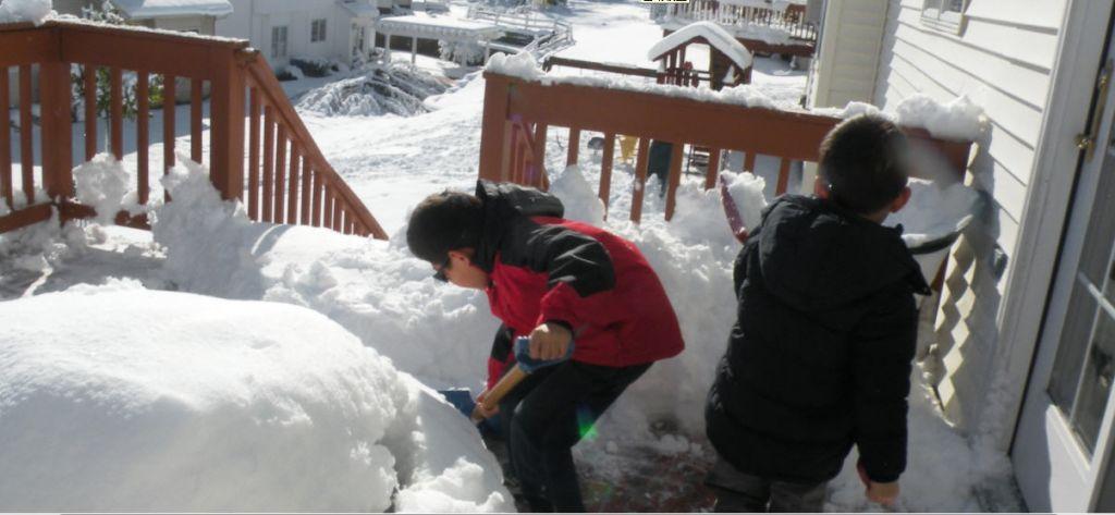 孩子扫雪,健身强体,其乐无穷图片
