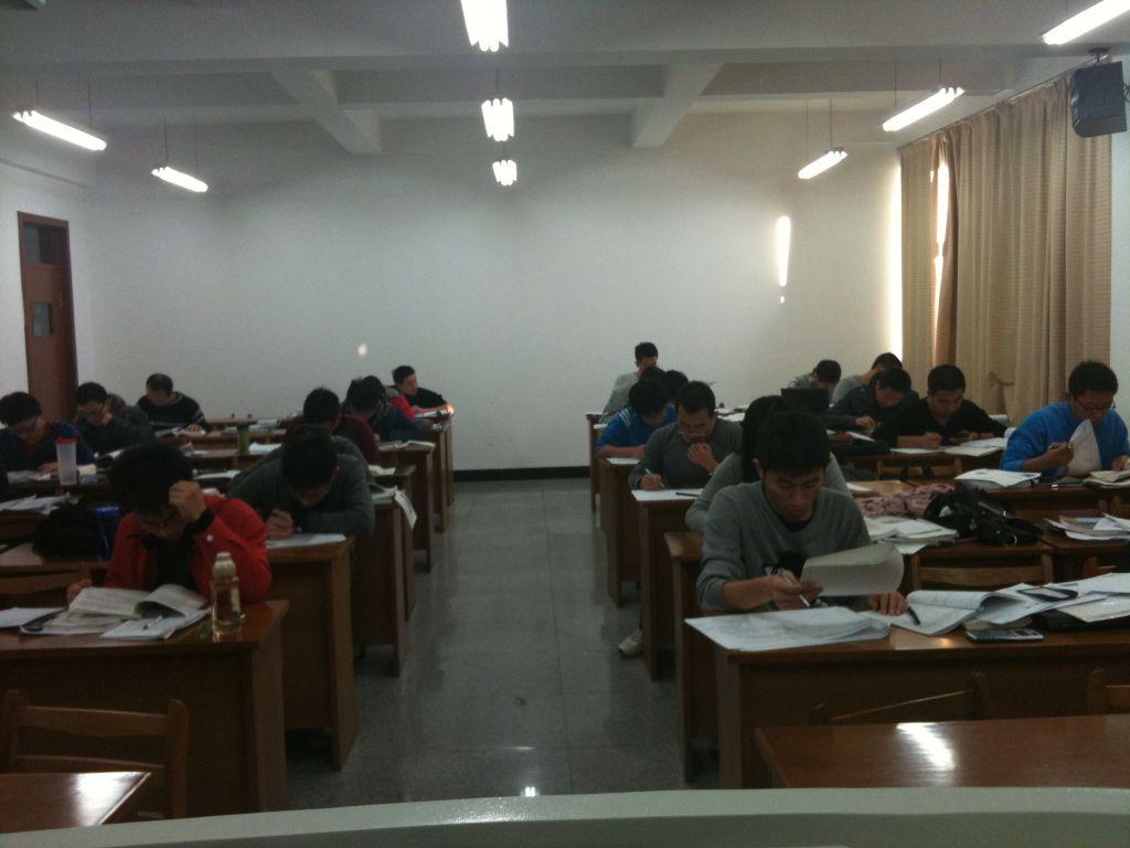 下面是他们考试时的场景(开卷考试). 本文引用地址:http://blog.