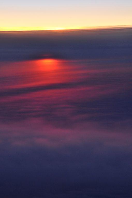 俺也是第一次在飞机上来拍日落景象,一点遗憾的是机窗的玻璃太脏了