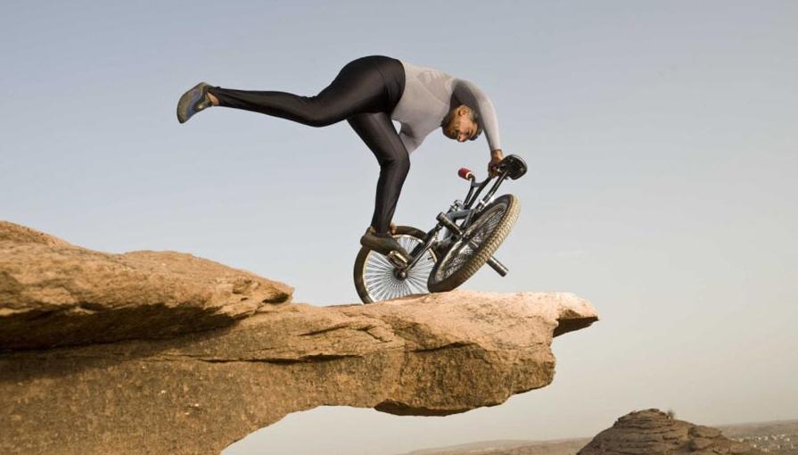 生命的悬崖 一个争强好胜的人,遇到身体无法逾越的变化时,拿出