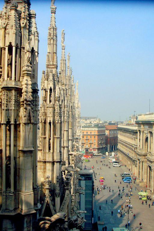 大理石雕像 31 教堂前的广场上,民众正在进行自由日集会 32 米兰的