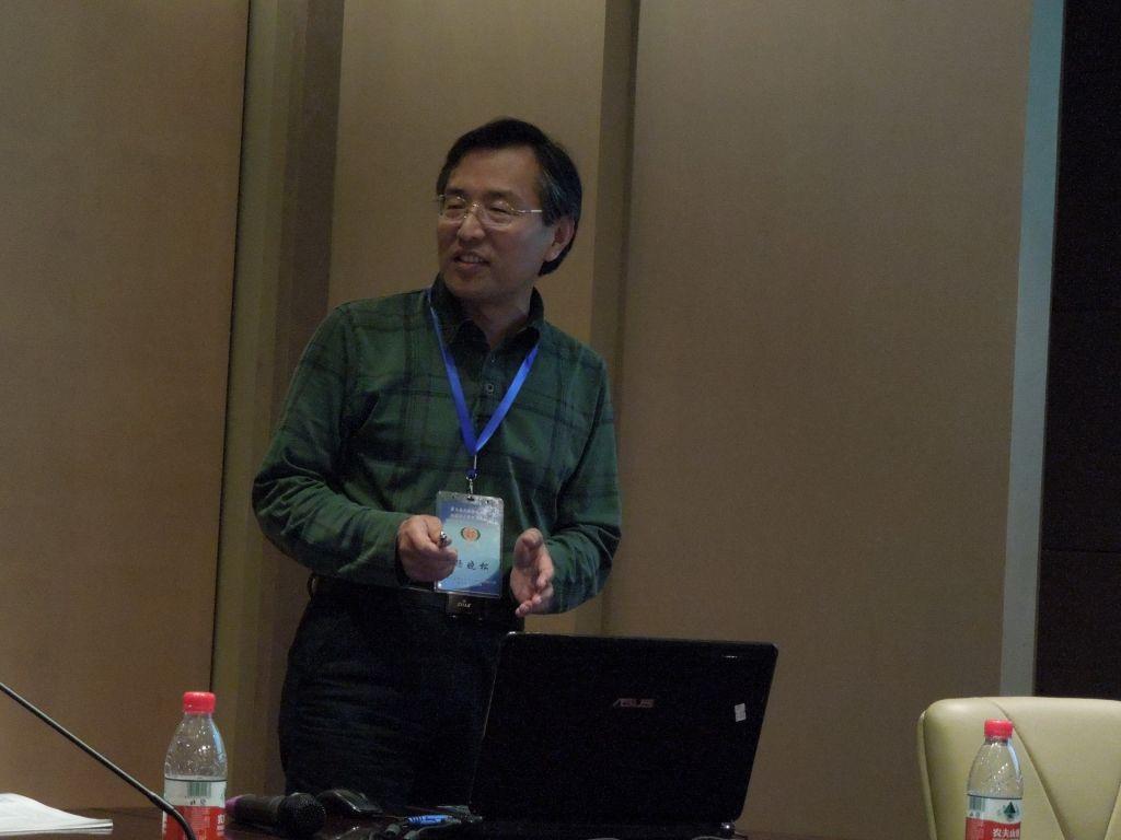 杨晓松研究员做专题报告 该分会场来自中国地震局地质研究所和中国地质大学(武汉)的其他师生也报道了各自的实验岩石学研究进展。 3月31日展板成果展示本人未能一一去了解,在此无法一一介绍。 4月1日大会自由讨论中,与会人员围绕断裂机理研究、气候地表过程构造-地球深部过程相互关系研究以及岩石流变学研究三个主题自由发言讨论(不过没有学生代表发言),总结了中国构造地质学十大前沿问题: 1.
