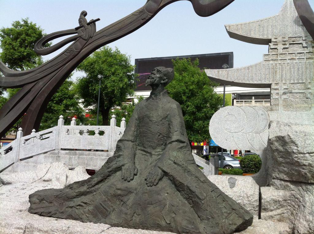 在西安大雁塔前面的广场上,有很多雕像,其中还有唐代诗人的雕像.