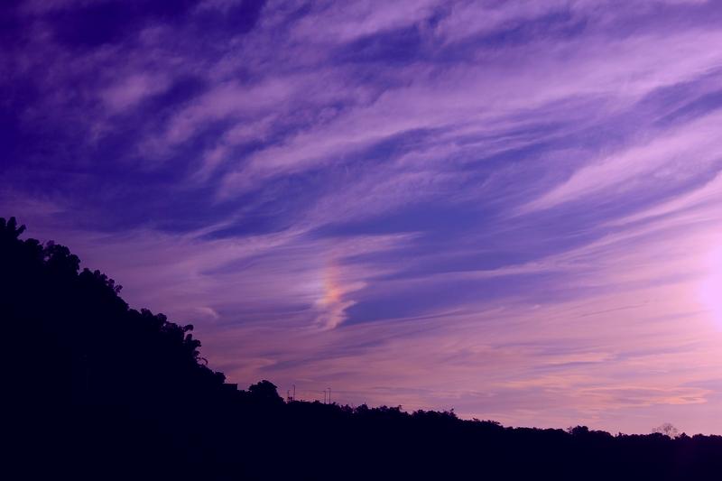 彩虹之约 -走近太鲁阁 说到台岛风光,除了繁华与风情万种的台北,人们首先想到的一定是日月潭、阿里山、夕阳下的澎湖湾、还有那歌声里的基隆港。 中研院的友人却向我热情推荐了完全别样的行程-太鲁阁/清水断崖。一听说是台岛最令人震撼的自然地质景观,向来不愿落入俗套的我便不假思索地接受了友人的建议。会议中途,我简单地搜索了一下相关信息,浏览了太鲁阁风光介绍。这自然进一步勾起了我对这片神奇土地的好奇。 趁会议结束后有一天半的自由参观行程,友人热情地开车领我们开始了太鲁阁自驾游。下午2时许从台北住地出发,穿过新北市、宜
