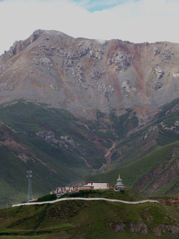 索县尼姑庵 索县位于那曲地区东部,为藏北高原向藏东高山峡谷过渡地带,草地、森林、农田三者混合交错,红色浑浊的索曲从城边流过,是怒江的源流之一。索是藏语蒙古的意思,曾归附于蒙古固始汗,后由清政府划为西藏地区。索县平均海拔不足3600米,且气候温润,农产品较为丰富,是西藏宜居之地,汉族较为少见,几乎是纯的藏族居住区了。扎西掰着指头,不无自豪地如数家珍:黄瓜、青菜、豌豆、马铃薯 ,在索县生活舒服得很,比在那曲舒服。当然最为有名当数冬虫夏草,索县所产虫草居于西藏之首,质量上乘,价格昂贵。索县牧场依然