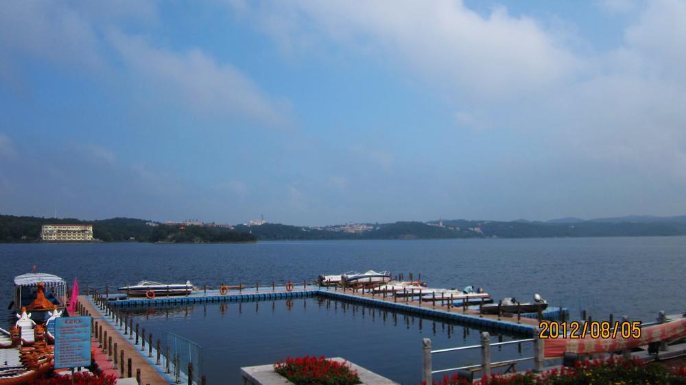 秀湖位于棋盘山风景区