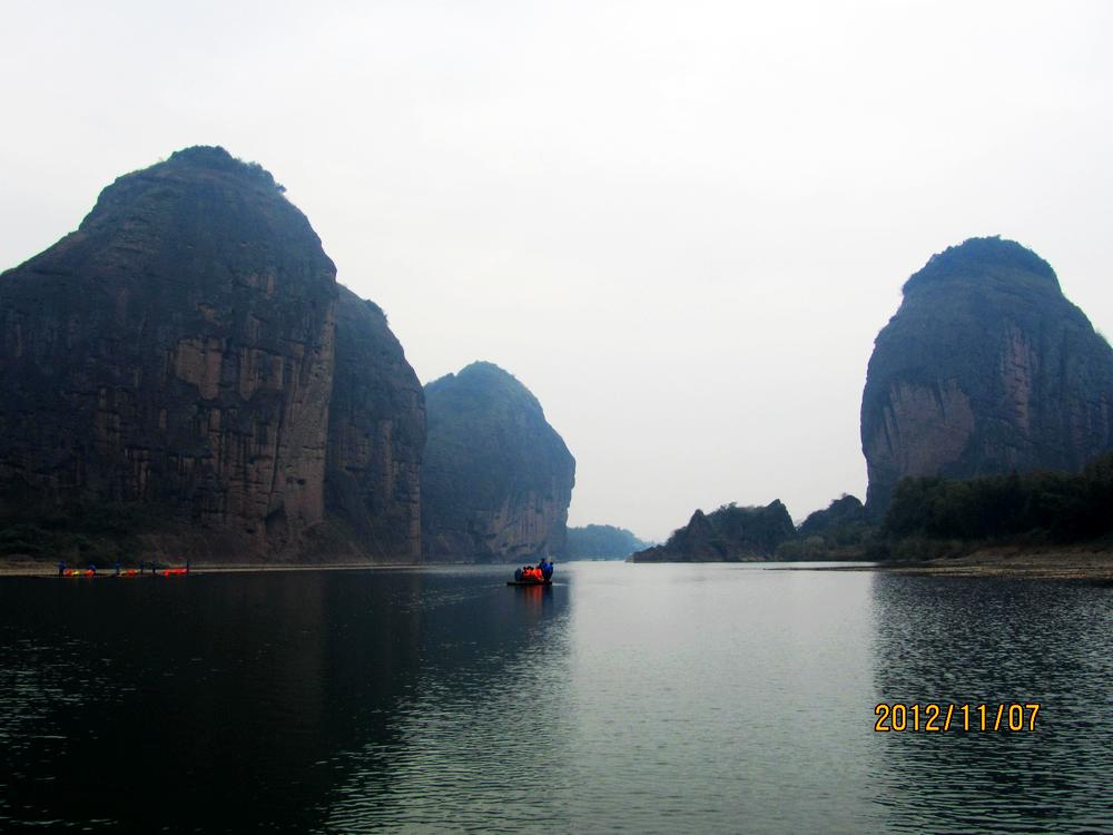 我们游览龙虎山时,乘竹筏漂流了芦溪河.