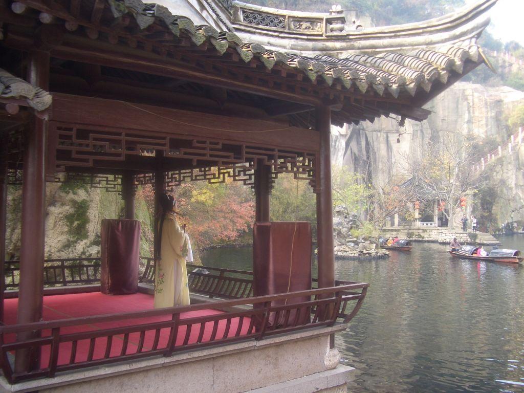 东湖在绍兴古城东约六公里处,以崖壁、岩洞、石桥、湖面巧妙结合,成为著名园林,是浙江省的三大名湖之一。东湖虽小,但因它的奇石、奇洞所构成的奇景使东湖成为旅游业界人士公认的罕见的湖中之奇。日本旅游机构交通公社,曾在同时游历过杭州西湖与绍兴东湖的日本游客中作过问卷调查,对东湖的印象超过西湖,可见对东湖的赞誉并非绍兴人的自我感觉。 东湖所在地,原为一座青石山,秦始皇东巡时曾在此驻驾饮马,故被称为箬篑山。汉代以后,箬篑山成了绍兴的一处石料场,经过千百年的凿穿斧削,又是采用特殊的取石方法,搬走了半座青山,并形成了高