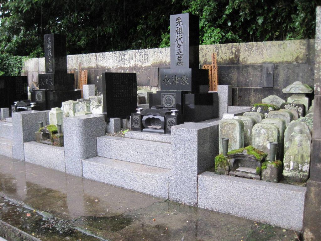 蒋高明 中国城乡实行丧葬改革40年以来,虽在城市减少了死人占地,但在广大的农村,尤其华北平原上的农村,似乎收效甚微。继火葬后,农民重新恢复土葬风俗,他们将骨灰盒放置在棺材中下葬,这样就造成了对待逝去亲人的新做法:火葬+土壤。 由此带来的新的问题是:火葬增加的环境污染,增加了农民经济负担,土葬因无固定的农村墓地(农村传统的祖坟在上世纪70年代被平掉了),农民随地埋葬,不仅占用大量耕地,还造成因无规则土葬行为,造成坟头遍布农田,为机械耕作造成更大的困难。 这是因为,土地承包后,农民的土地更加分散,农民自己故去