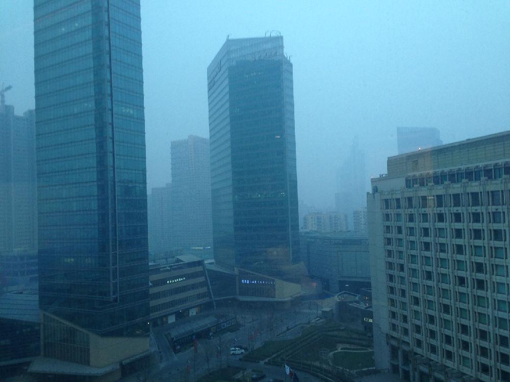 在飞机上就广播说,今日雾霾严重