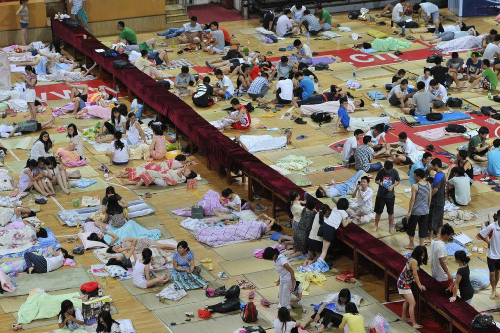 大学生集体睡觉行为艺术图片
