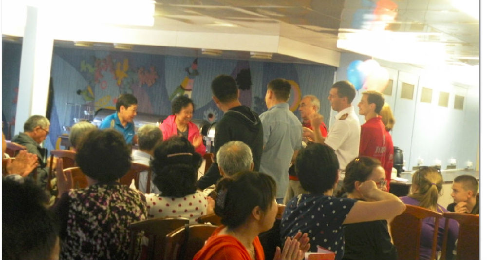 伏尔加河游轮餐厅上为一位中国游客庆贺生日高清图片