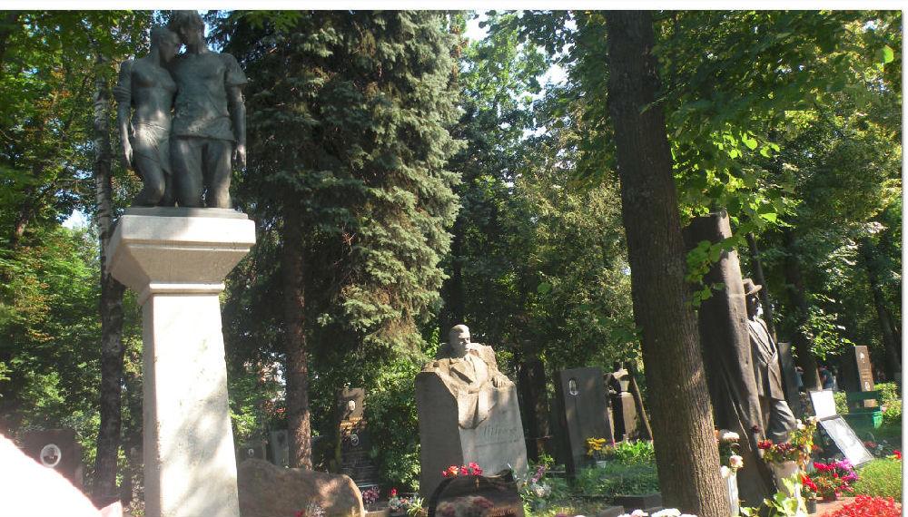 墓地后边栽什么树好