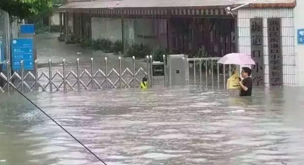 武汉暴雨开启看海模式.jpg