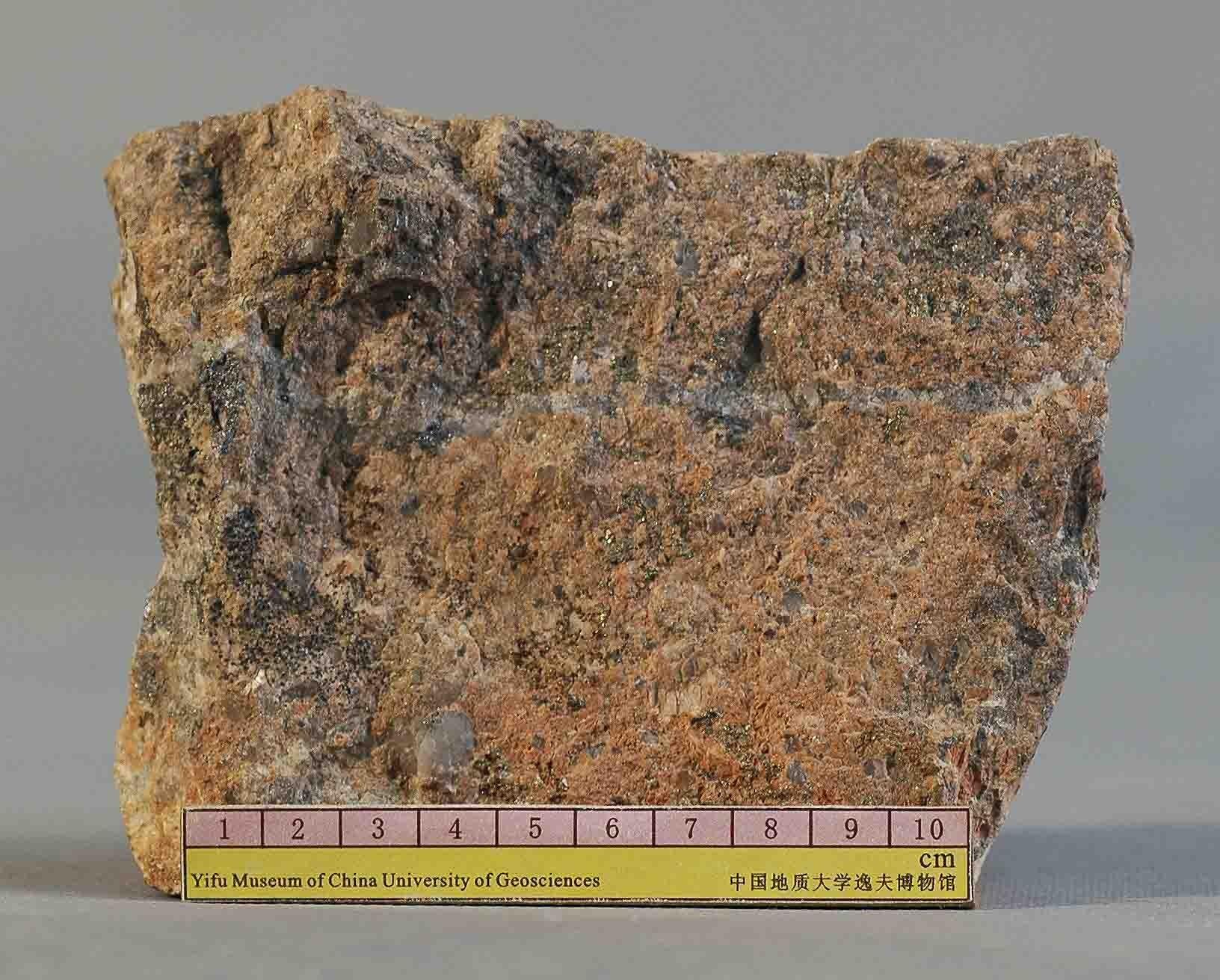 p1花岗斑岩,岩石呈肉红色,斑状结构,块状构造,斑晶主要有石英,黄铁矿