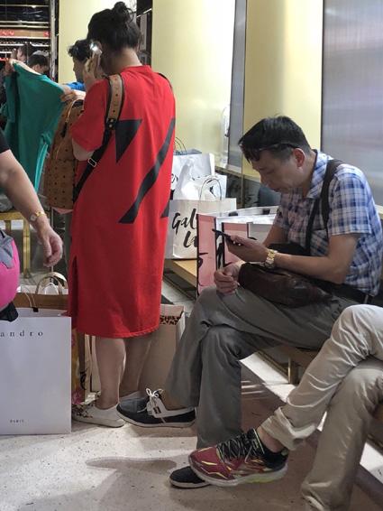 女人管购物,男人管看摊.jpg