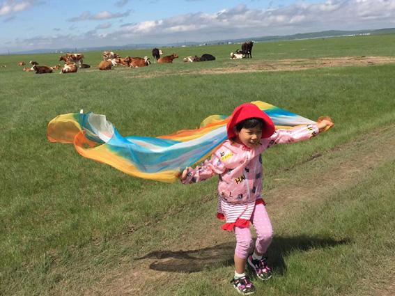 草原上快乐奔跑的小朋友.jpg