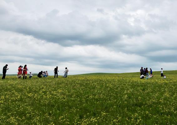 有花有人的草原.jpg