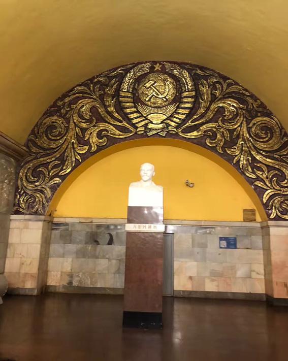 地铁里的列宁雕像.JPG
