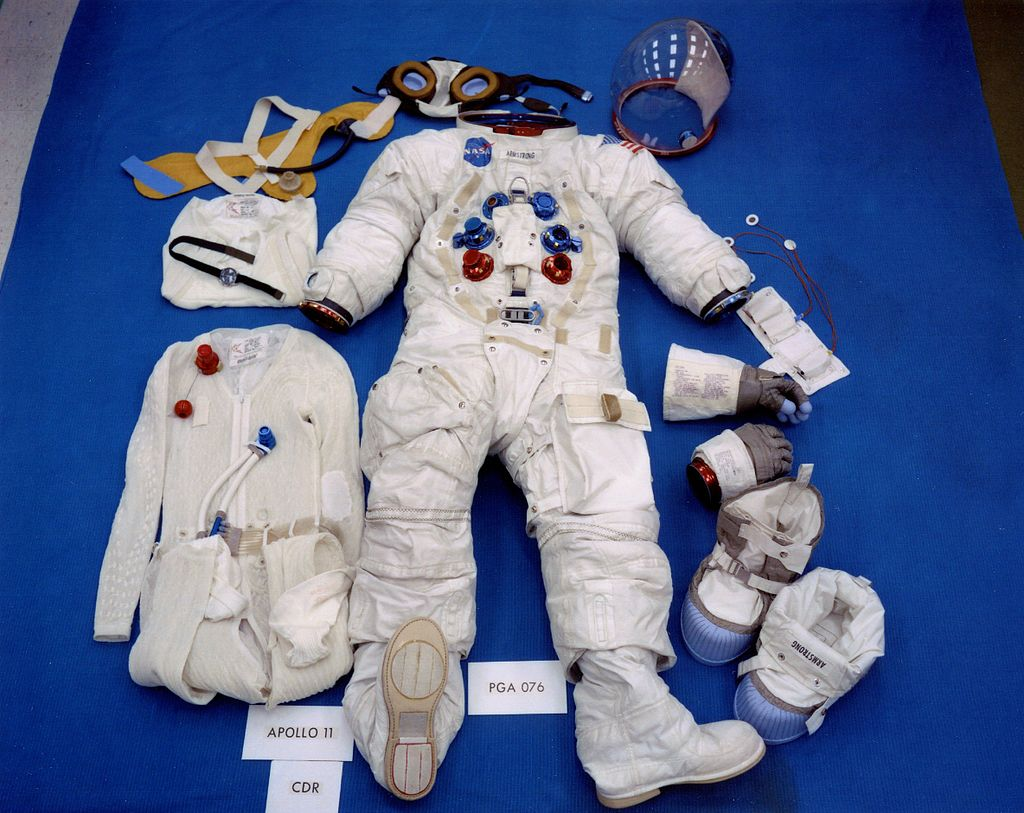1024px-Apollo_11_space_suit.jpg