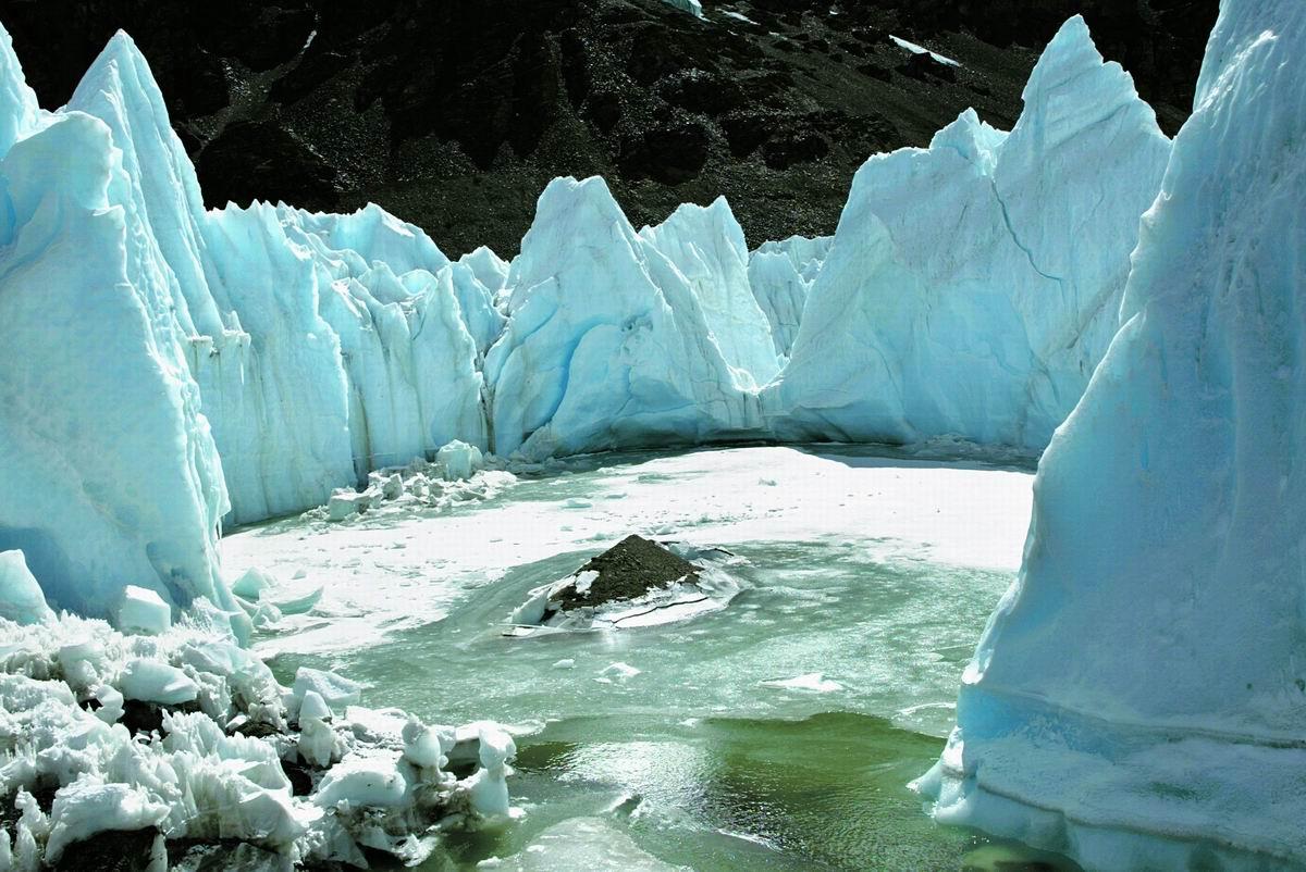 调整大小 017在2005年5900米的冰塔林开始崩塌冰湖开始融化.jpg