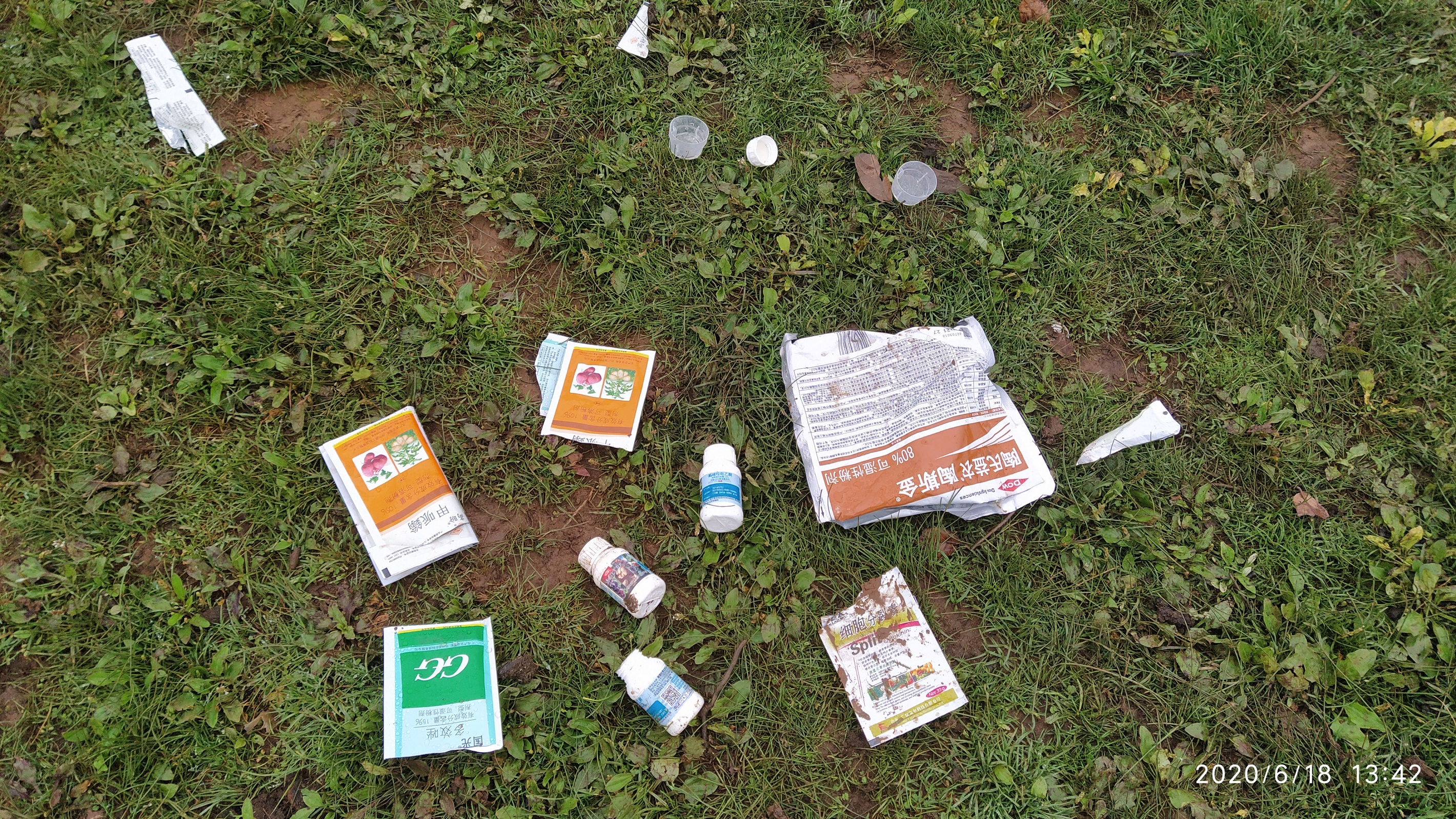 7 农人在沼泽草甸取水留下大量农药与垃圾吴兆录摄.jpg