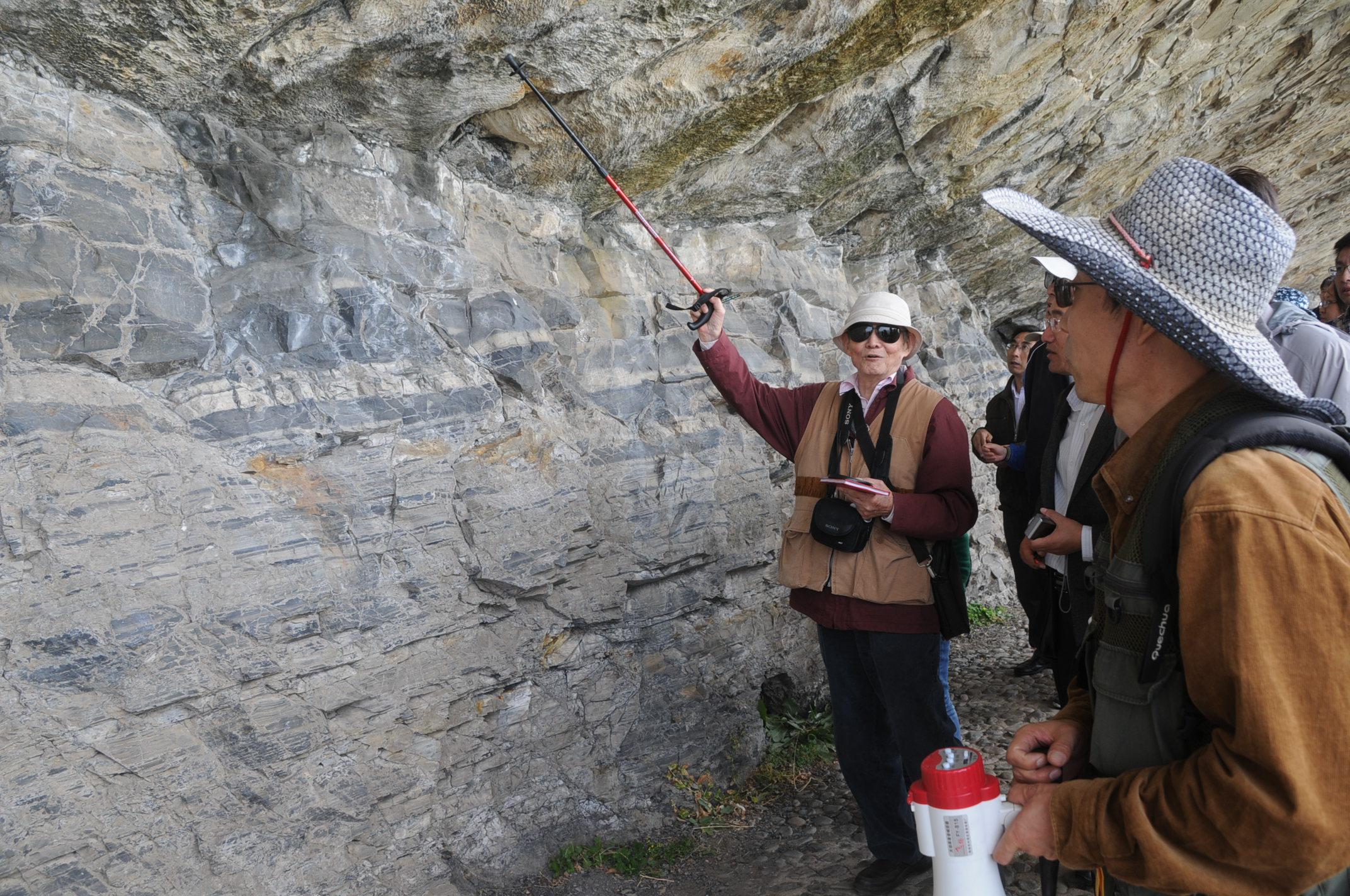 6   2012年在灵山岛野外考察期间,乔老师向大家现场讲解.jpg