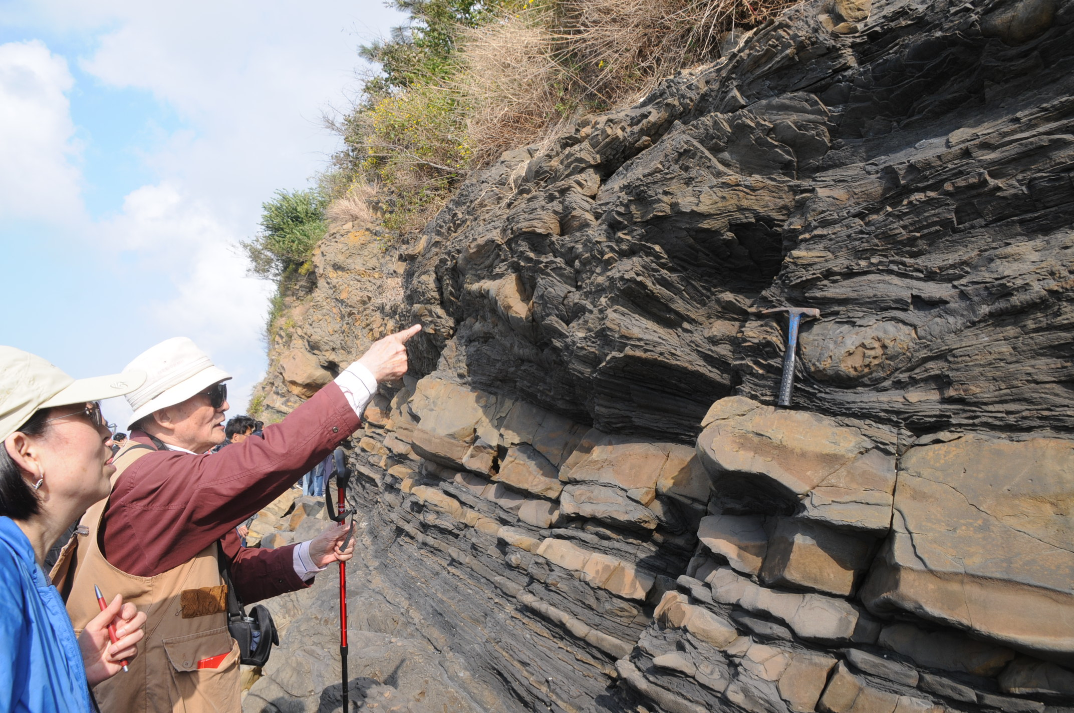 8   2012年在灵山岛野外考察期间,乔老师向我讲解软沉积物变.jpg