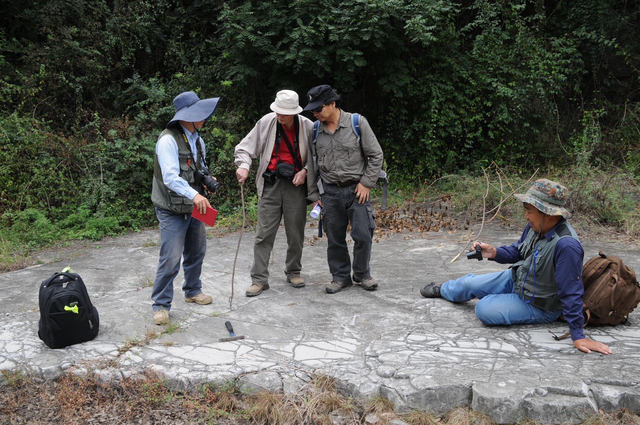 10    2013年9月在富平老虎沟剖面与几位老师在野外讨论.jpg