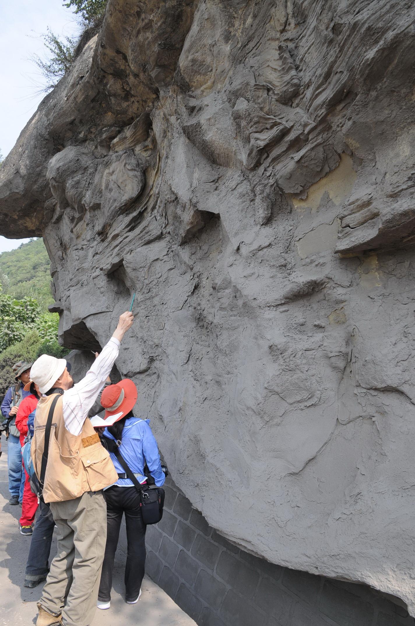11   2013年9月乔老师在铜川剖面现场讲解长8砂岩中的滑动与液.jpg