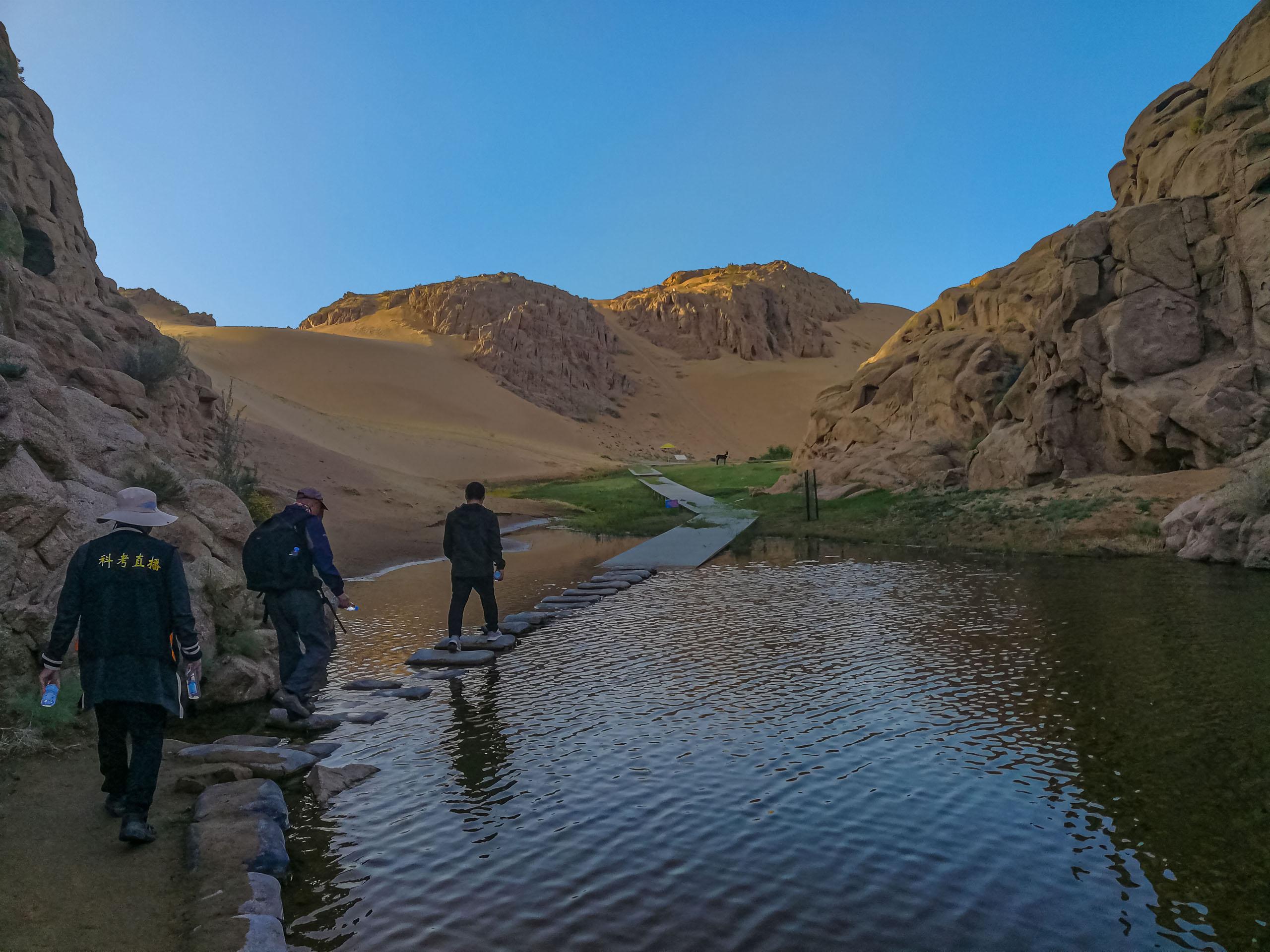 大漠天池下的水库和湿地.jpg