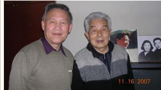 三08 2007-11-06和黄安年在家中合影.jpg