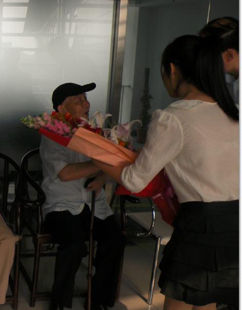 三15 2012-05-10学生在北大出版社座谈会上向邓先生鲜花.jpg