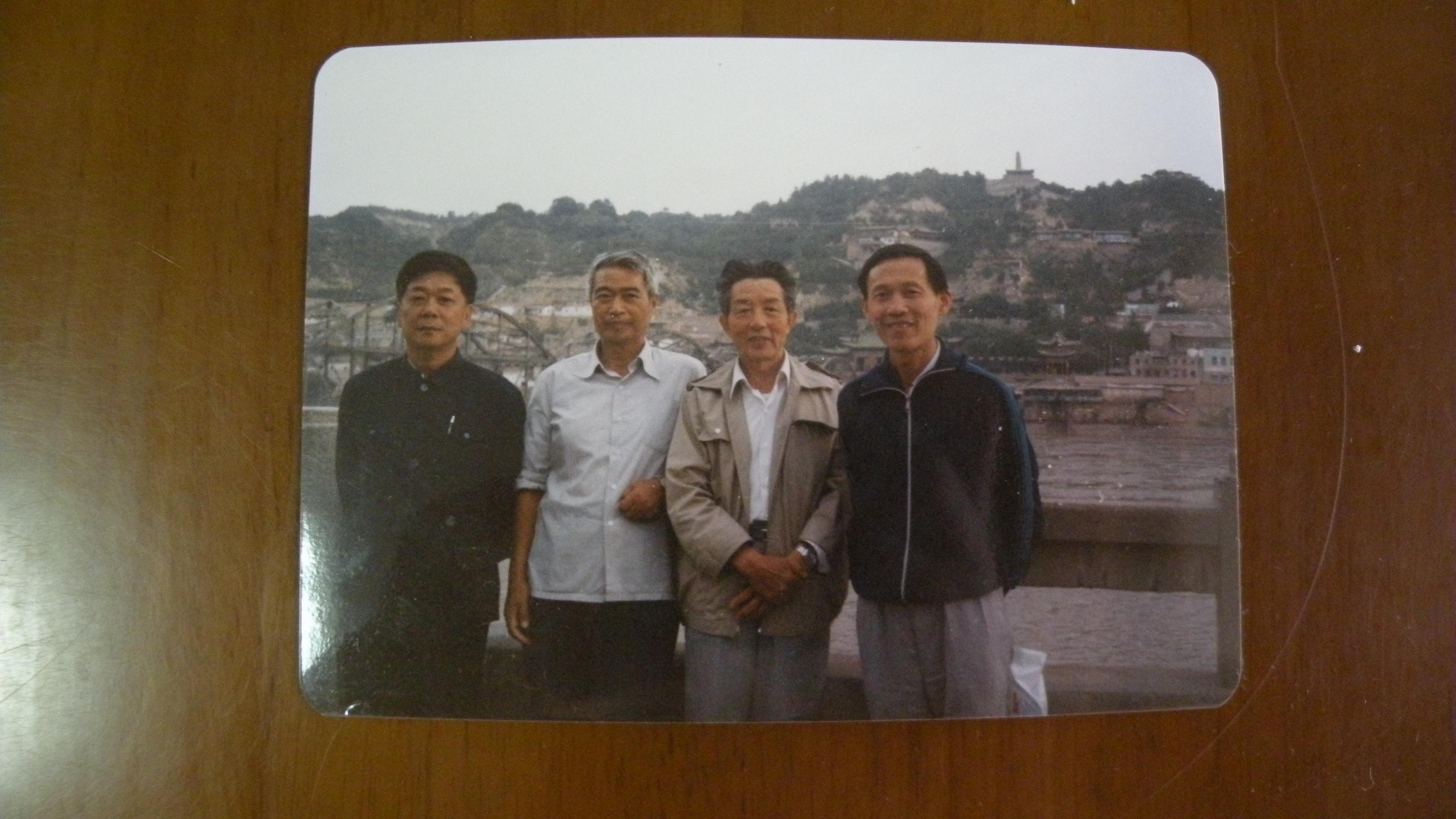 三16 1986年8月27日摄于兰州中山桥,自左起严四光、张友伦、邓.jpg