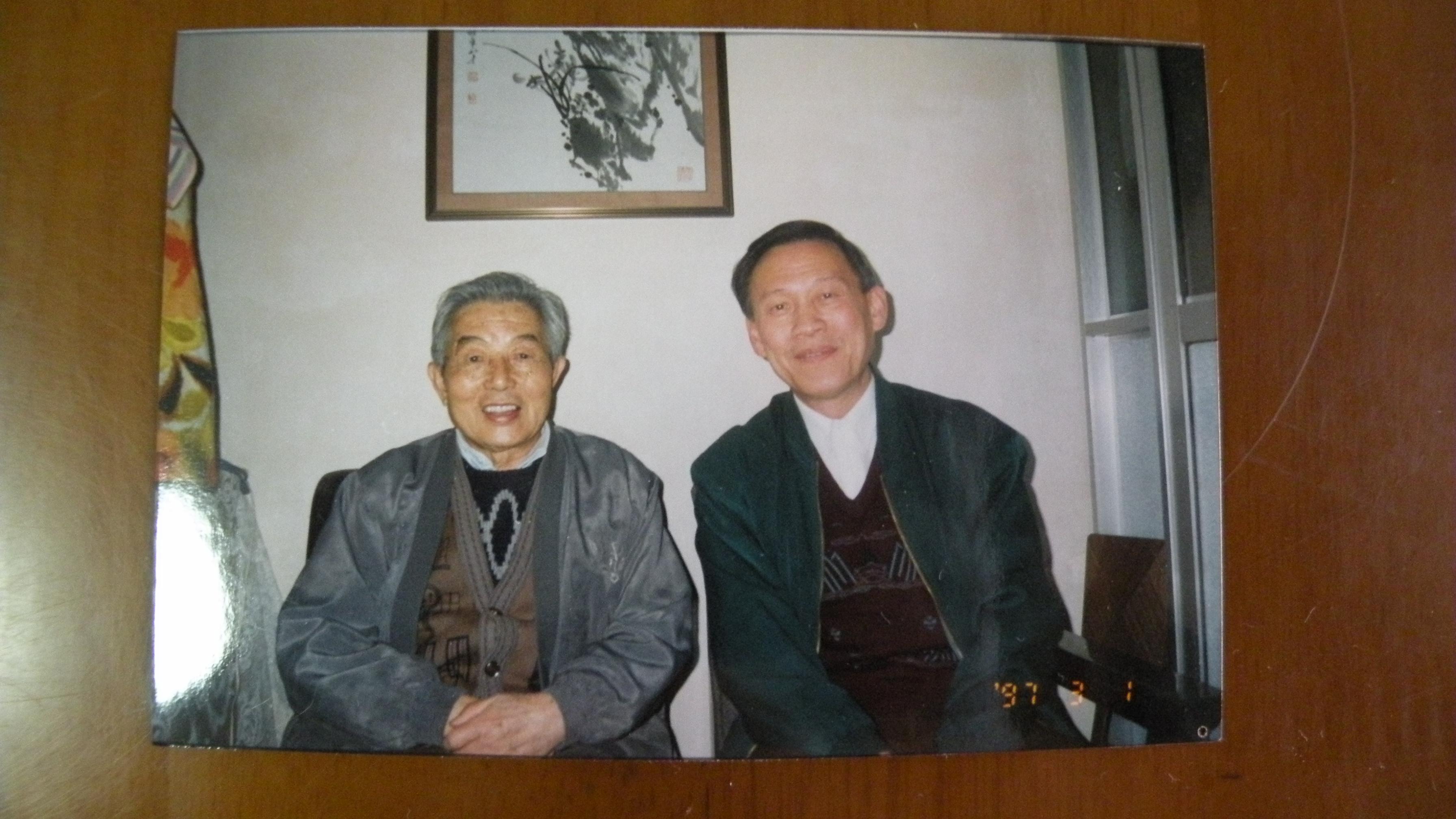 三18 1997年3月1日邓蜀生和黄安年合影.JPG