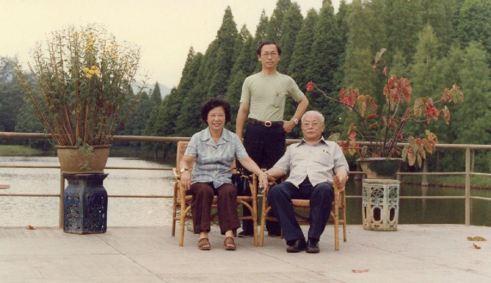 父母亲华南植物园1979.6.jpg
