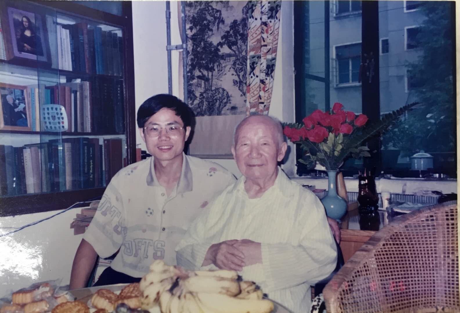 与钱临照合影1997年中秋节.jpg