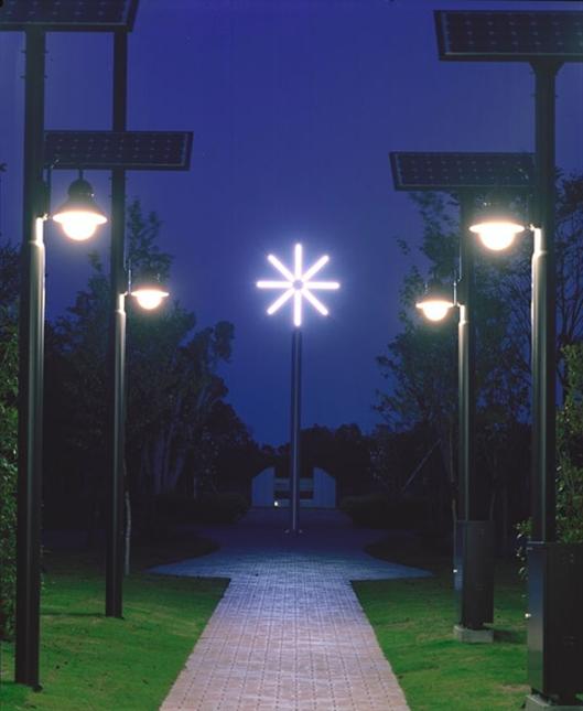 除了单色光源以外,半导体照明还主要作为白光光源,即普通照明。白光作为一种混合光,是根据三基色原理进行红绿蓝(RGB)三种颜色光的合理配比而实现的。白光LED的实现主要有三种方式:(1)将三种单色RGB-LED进行合理结合,其特点是发光效率高、显色指数高, 其缺点是成本高、控制电路复杂、各单色LED的衰减不一致等;(2)利用紫外(UV) LED结合RGB三种荧光粉,其特点是显色指数高、光的一致性好,其缺点是发光效率低、紫外光对封装材料和被照物体产生损伤等;(3) 采用蓝光LED搭配黄色荧光粉,其特点是发光效
